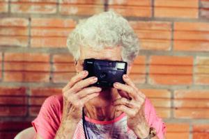 Personnes âgées prenant une photo