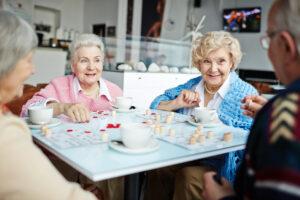 Personnes âgées jouant au bingo