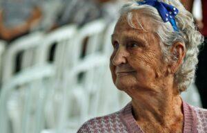 Personne âgée préservant son lien social