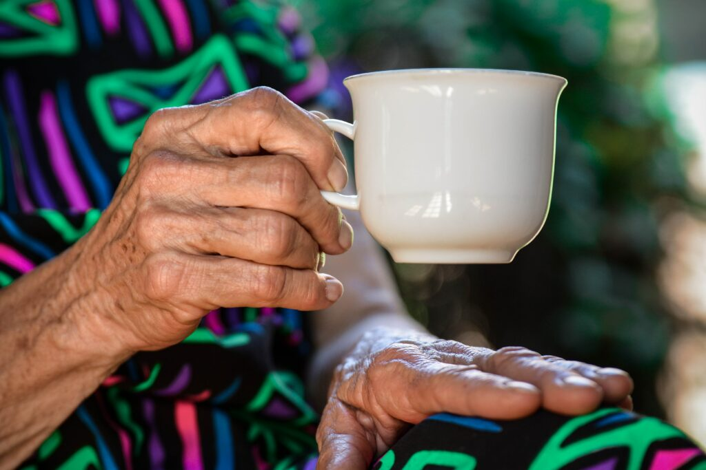 Personne âgée avec un café
