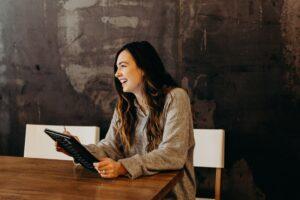 Femme heureuse sur une tablette
